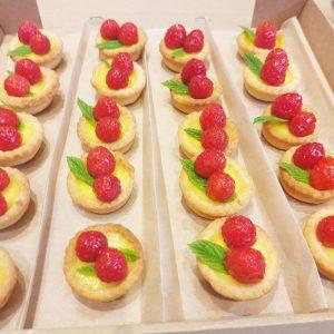 Mini lemon raspberry tarts (20 pieces)